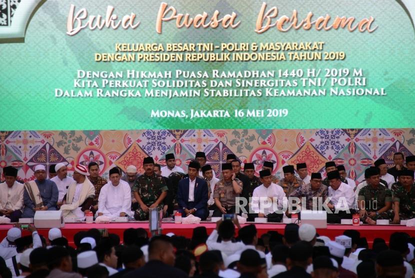 Presiden Joko Widodo bersama Panglima TNI Marsekal Hadi Tjahjanto dan Kapolri Jenderal Tito Karnavian saat menghadiri acara buka bersama TNI-Polri di Lapangan Monas, Jakarta, Kamis (16/5).