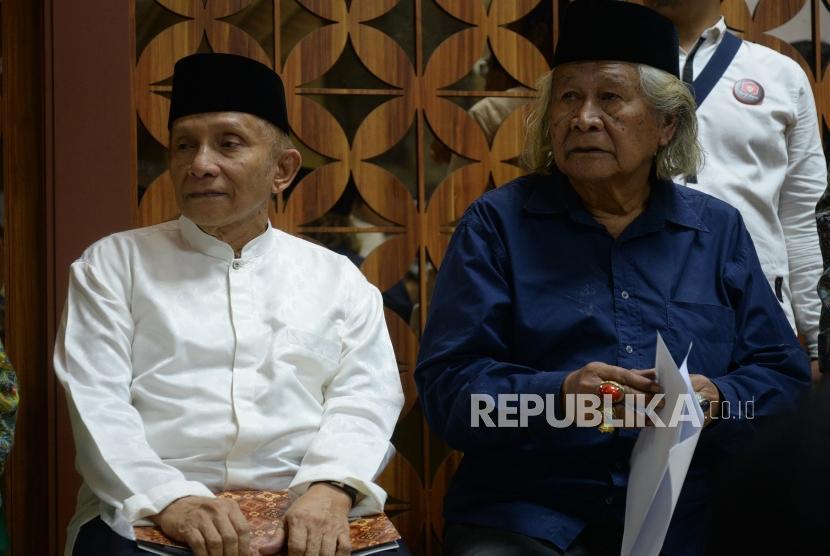 Diskusi Lesehan DPR. Politisi Senior Amien Rais (tengah) bersama nara sumber lain menghadiri seminar terkait penegakan hukum dengan lesehan di Hall DPR RI, Komplek Parlemen Senayan, Jakarta, Senin (29/10).