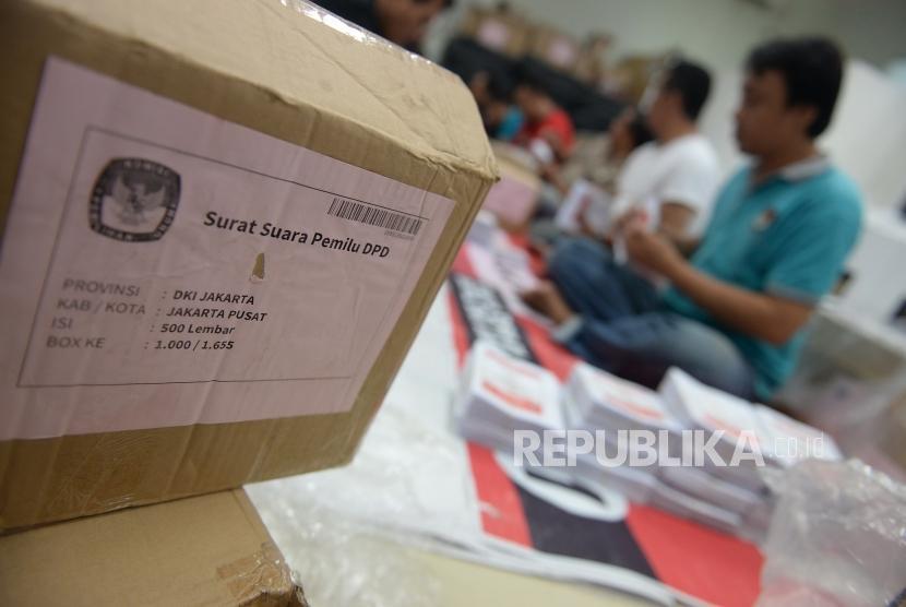Persiapan Logitik Pemilu 2019. Petugas PPK membagi surat suara per kotak suara di Kecamatan Menteng, Jakarta, Rabu (27/3).