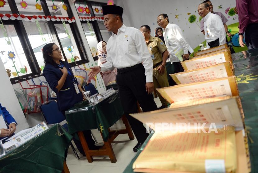 Menteri Pendidikan dan Kebudayaan Muhadjir Effendy saat meninjau ruangan pengawas pelaksanaan Ujian Sekolah Berstandar Nasional (USBN) di SD Muhammadiyah 5, Jakarta, Senin (22/4).