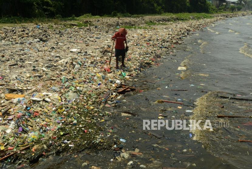 Muhammad Lasri (73) saat mencari sampah plastik untuk dijual kembali di Cilincing.