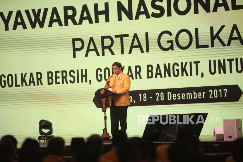 Ketua Umum Partai Golkar Airlangga Hartarto memberikan sambutan saat pembukaan Musyawarah Nasional Luar Biasa (Munaslub) Partai Golkar di Jakarta Convention Center, Jakarta, Senin (18/12).