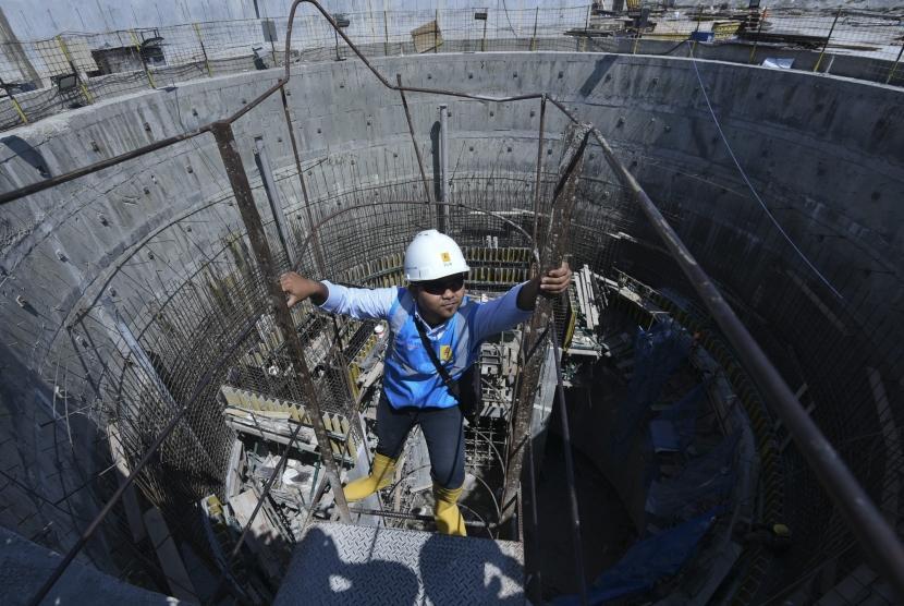 Pekerja berada di proyek pembangunan rumah turbin untuk  PLTA Jatigede, Sumedang, Jawa Barat, Senin (9/7).