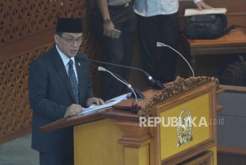 Revisi UU Terorisme. Ketua Pansus RUU Anti-Terorisme Muhammad Syafii (kanan)  memberikan laporan pada Rapat Paripurna di Kompleks Parlemen Senayan, Jakarta, Jumat (25/5).