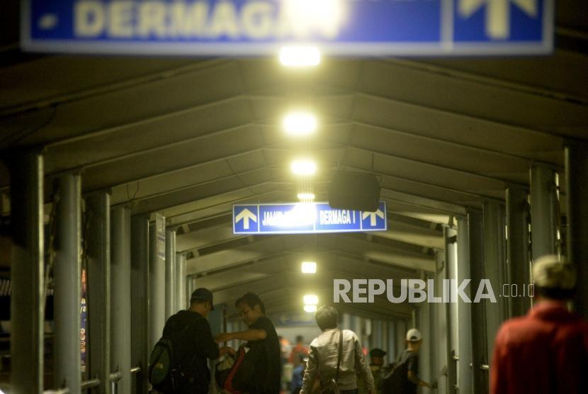 [ilustrasi] Calon penumpang memadati gangway menuju kapal di Pelabuhan Merak, Banten.