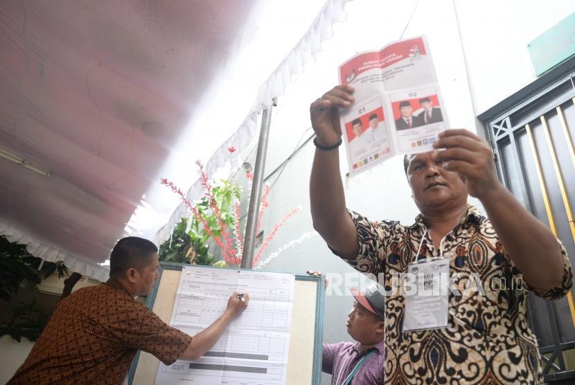 Petugas KPPS melakukan penghitungan suara pemilu 2019 di TPS 001 kelurahan Kebon Baru, Jakarta, Rabu (17/4).