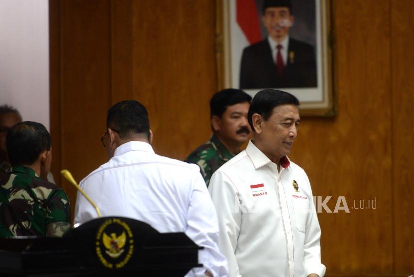Rakor Tahapan Kampanye Terbuka. Menko Polhukam Wiranto (kanan) bersama Panglima TNI Hadi Tjahjanto memasuki ruangan rapat koordinasi kesiapan pengamanan tahapan masa rapat umum (kampanye terbuka), tahapan penghitungan suara di Kemenko Polhukam, Jakarta, Rabu (20/3/2019).