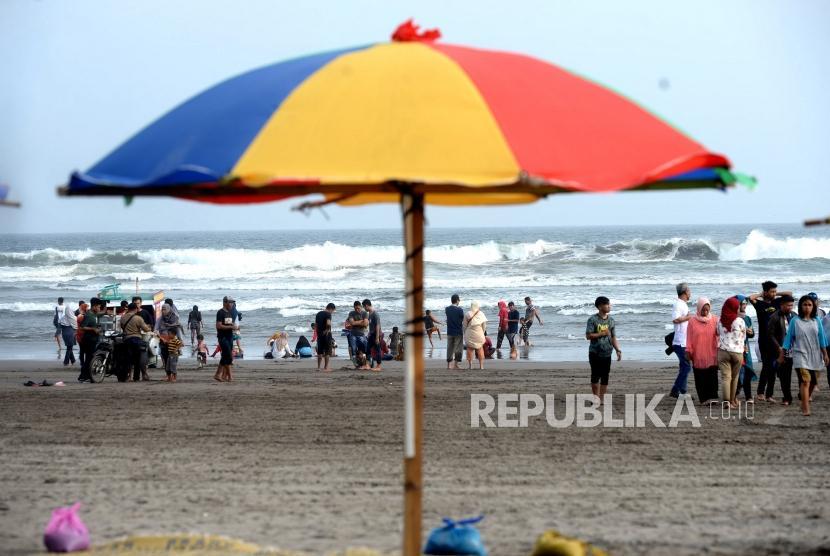 Lebaran di Pantai Parangtritis. Warga memadati kawasan wisata Pantai Parangtritis di Bantul, Yogyakarta, Jumat (7/6/2019).
