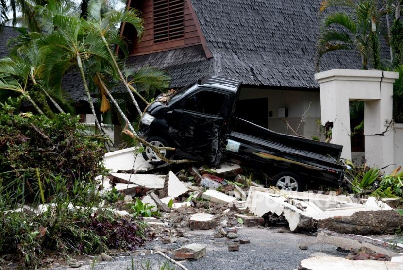 Dampak kerusakan akibat bencana Tsunami di Pantai Tanjung Lesung, Banten, Jawa Barat, Ahad (23/12).