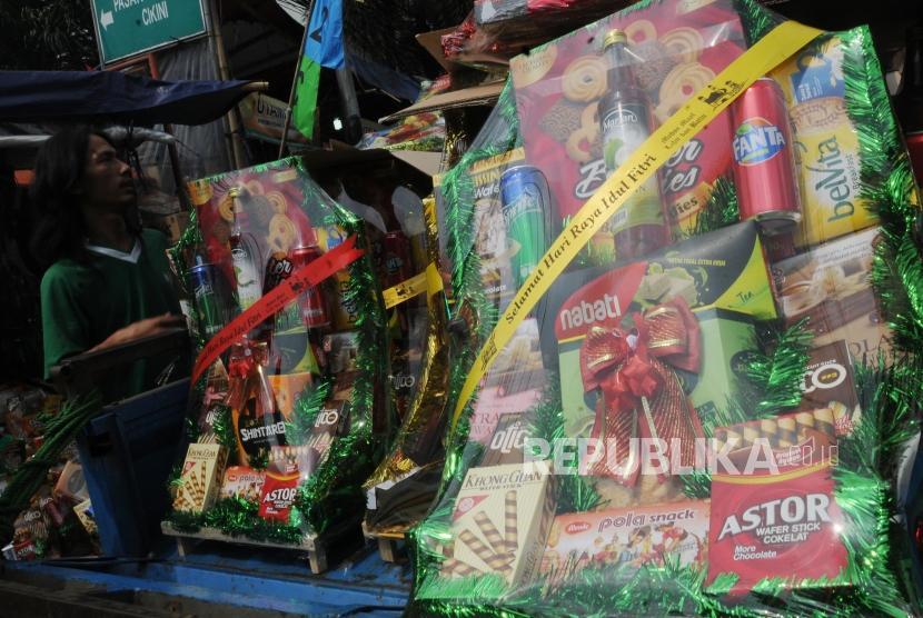 Pekerja mengangkut parsel untuk diantar di kawasan Cikini, Jakarta (2/6).