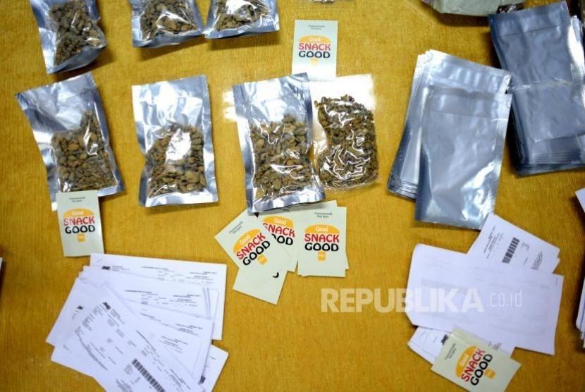 Barang bukti narkoba jenis baru 'magic mushroom,' dihadirkan saat rilis di Direktorat Tindak Pidana Nakoba, Jakarta, Kamis (26/10).