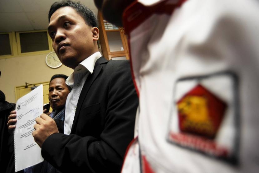 Ketua Bidang Hukum DPP Partai Gerindra, Habiburokhman (tengah)