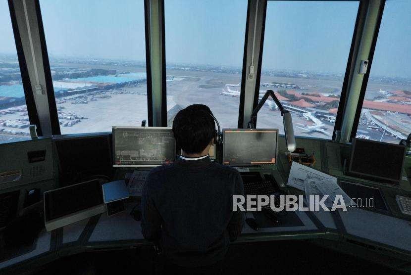 [ilustrasi] Pemandu lalu lintas udara AirNav Indonesia memantau pergerakan lalu lintas udara pesawat melalui layar radar di menara kontrol (Air Traffic Controller/ATC) Bandara Internasional Soekarno-Hatta, Tangerang, Banten.