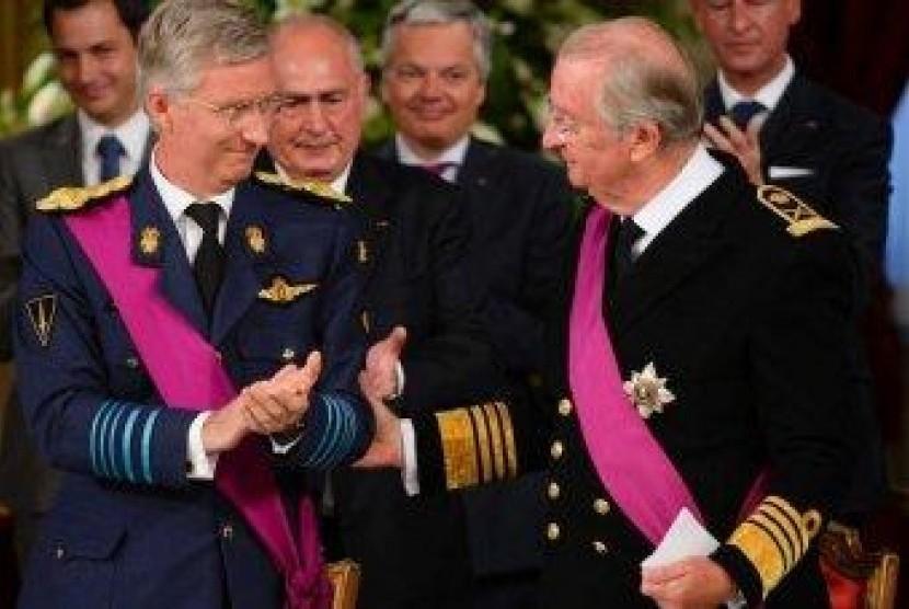 Raja Albert (kanan) dan Raja baru Belgia, Phillippe