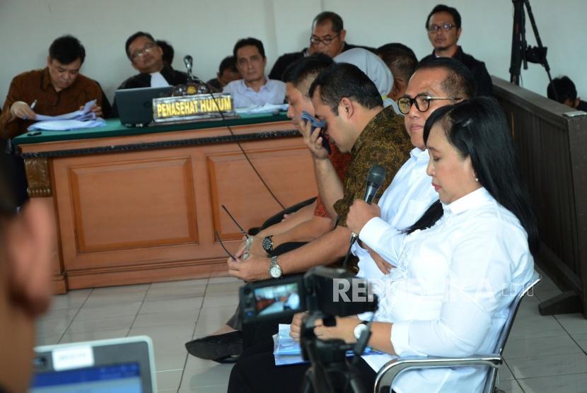 Sejumlah saksi dihadirkan pada sidang terdakwa suap proyek Meikarta Billy Sindoro, di antaranya Kabid Tata Ruang Dinas PUPR Pemkab Bekasi Neneng Rahmi Nurlaely (kanan) dan Kepala Dinas PUPR Jamaludin (kedua kanan), di Pengadilan Tipikor Bandung, Jalan LRE Martadinata, Kota Bandung, Senin (21/1).