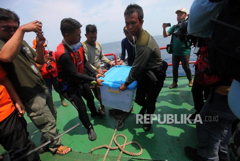 Petugas gabungan dari TNI AL dan Basarnas mengangkat boks yang berisi Black Box pesawat Lion Air JT-610 dari laut ke KR Baruna Jaya I di perairan Karawang, Jawa Barat, Kamis (1/11).