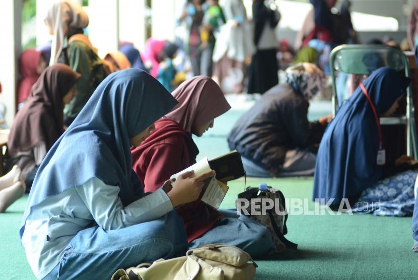 Mahasiswa ITB di Serambi Masjid Salman Institut Teknologi Bandung (ITB) - ilustrasi