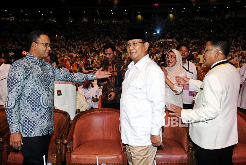Presiden PKS Sohibul Iman (kanan) bersama Ketua Umum Partai Gerindra Prabowo Subianto (tengah) dan Gubernur DKI Jakarta Anies Baswedan (kiri) menghadiri perayaan ulang tahun PKS di Sentul International Convention Center (SICC), Bogor, Jawa Barat, Ahad (13/5).