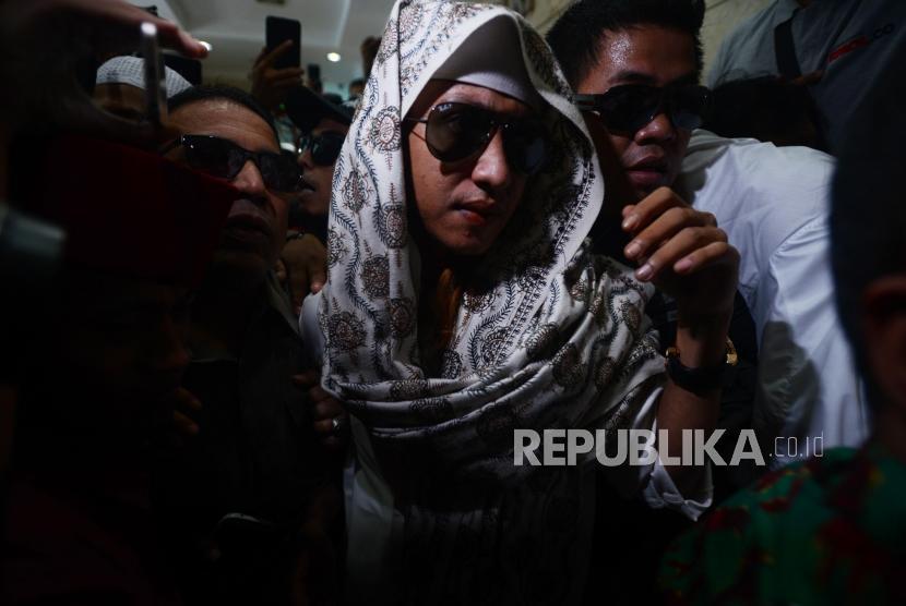 Habib Bahar bin Smith saat tiba untuk menjalani pemeriksaan di Gedung Bareskrim Polri, Jakarta, Kamis (6/12).