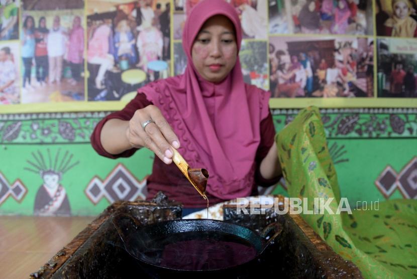 Pengrajin menyelesaikan pembuataan kain batik khas Betawi di Sanggar Batik Terogong, Cilandak, Jakarta, Kamis (10/1).