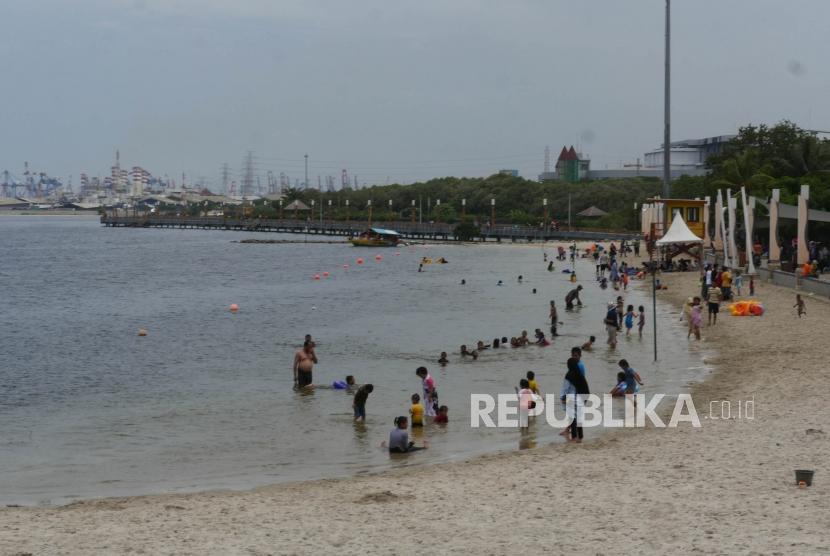 Sejumlah anak bermain di pinggiran pantai Taman Impian Jaya Ancol Jakarta, Selasa (25/12).