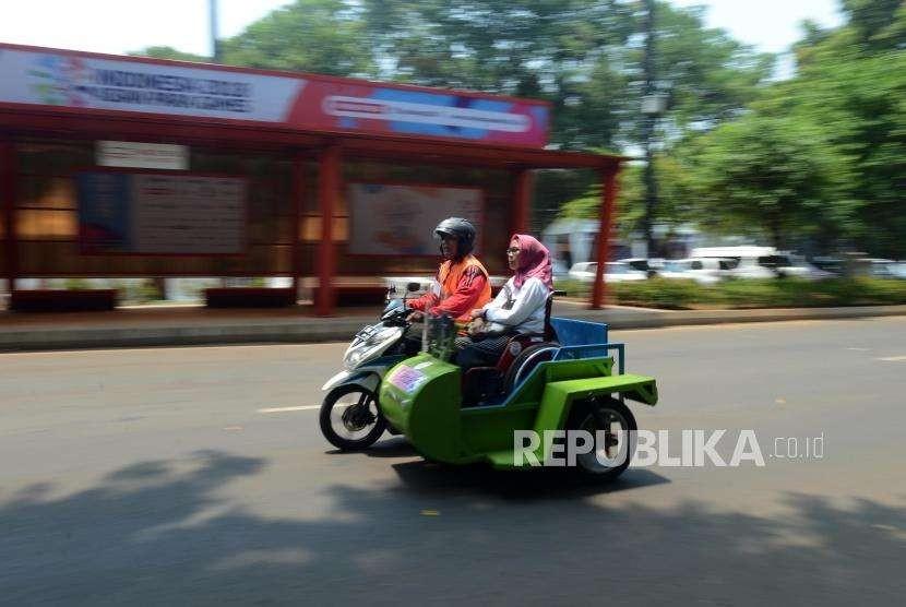 Sejumlah pengemudi ojek disabilitas saat mengantarkan penumpang di Kompleks Gelora Bung Karno, Senayan, Jakarta, Senin (8/10).