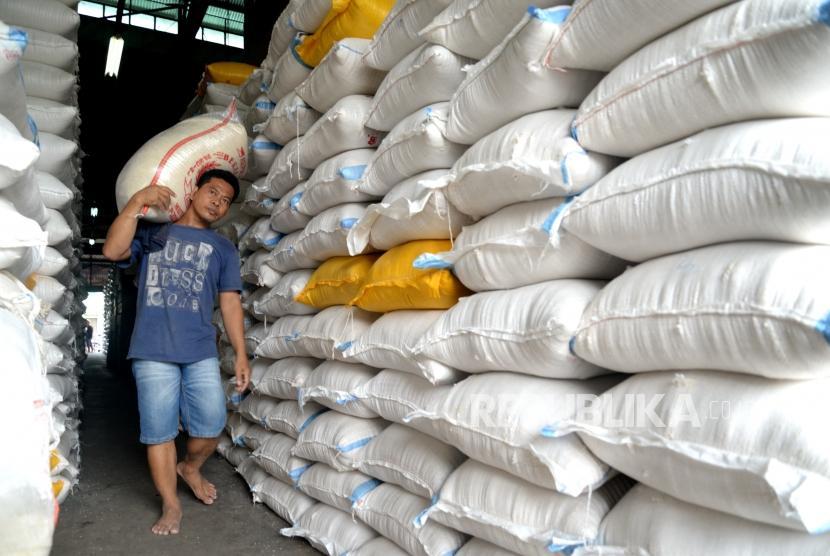 Pekerja memindahkan beras di Pasar Induk Beras Cipinang, Jakarta, Kamis (11/1).