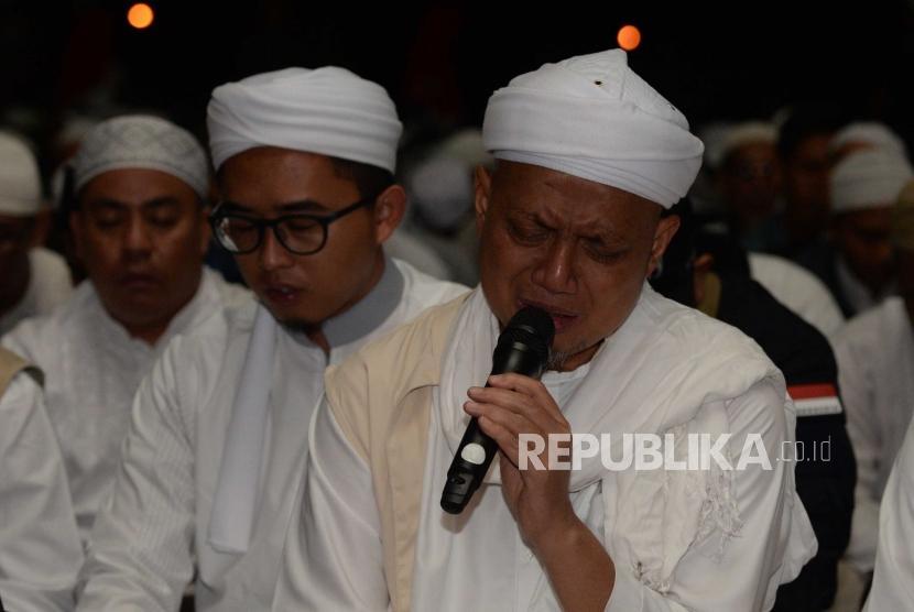 Ustaz Arifin Ilham   memimpin Dzikir dalam acara Dzikir  Nasional 2018  di  Masjid At-Tin tiba di Jakarta Timur, Senin (31/12).