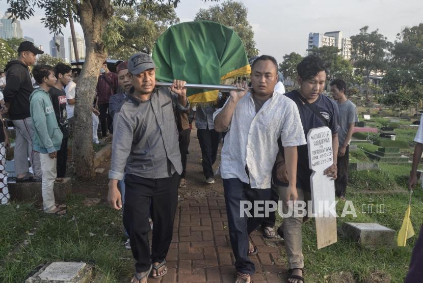 Pemakaman Korban Kerusuhan di Tanah Abang.Sejumlah keluarga Widianto R Ramadhan (18) korban kerusuhan di tanah mengangkat keranda jenazah saat pemakaman di Karet Bivak, Jakarta Pusat, Rabu (22/5).