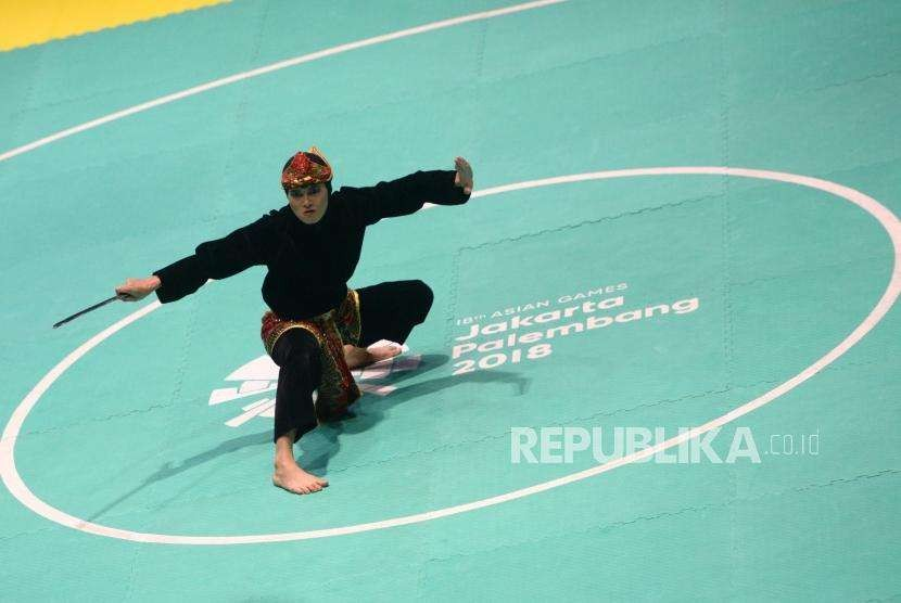 Indonesian martial arts fighter Puspa Arumsari performs in the women's art category at Padepokan Pencak Silat, East Jakarta, on Monday.