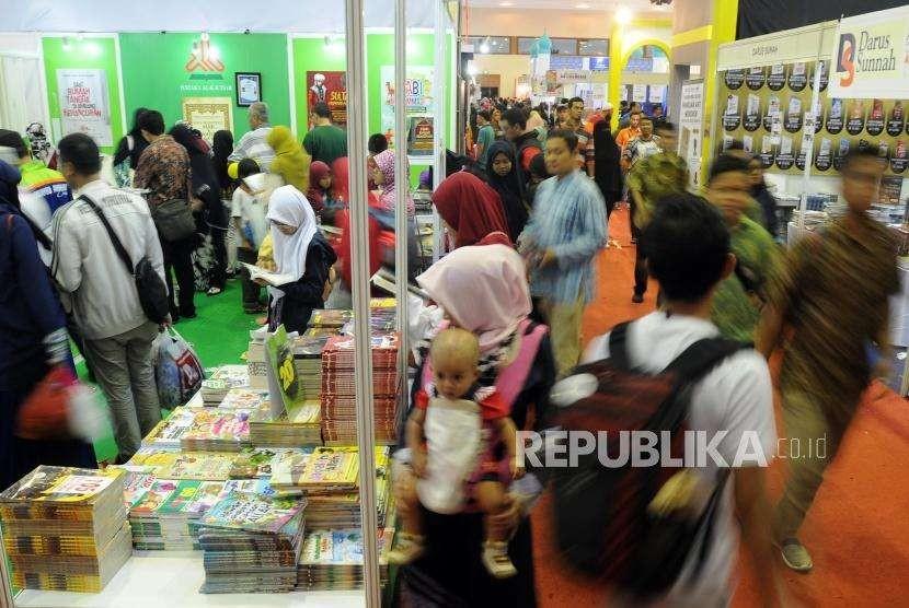 Sejumlah pengunjung saat menghadiri Islamic Book Fair (IBF) 2018 di Jakarta Convention Center, Jakarta, Ahad (22/4).