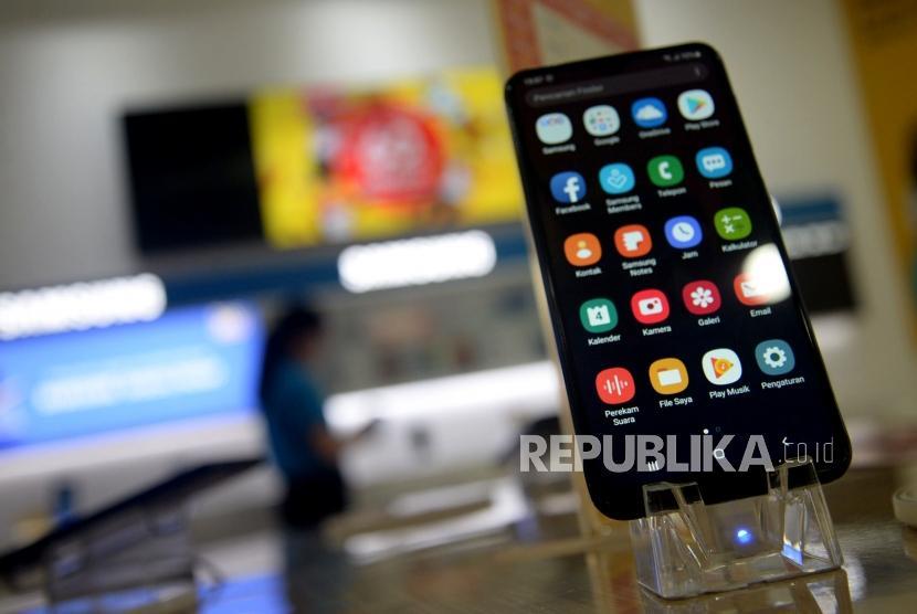 Karyawan menata Handphone/Smartphone disalah satu gerai di Jakarta, Kamis (7/4).