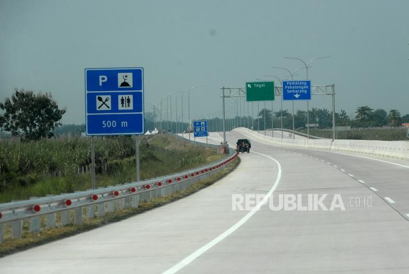Persiapan Jalur Mudik.  Jalan Tol Brebes - Pemalang, Brebes, Jawa Tengah, Sabtu (2/6).