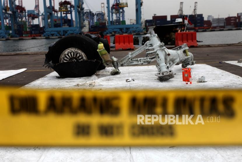 Puing pesawat Lion Air PK-LQP JT-610 di Pelabuhan Tanjung Priok, Jakarta, Senin (5/11).
