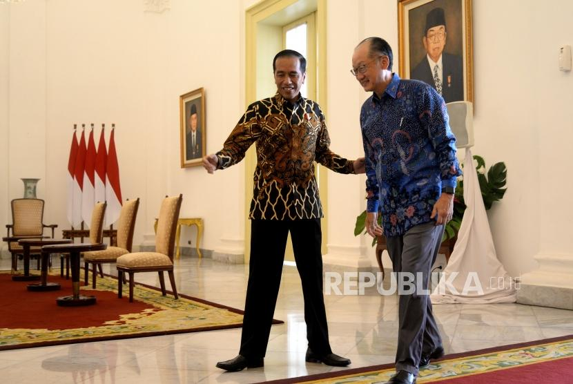 President Joko Widodo (left) receives World Bank President Jim Yong Kim at Bogor Palace, West Java, Wednesday (July 4).