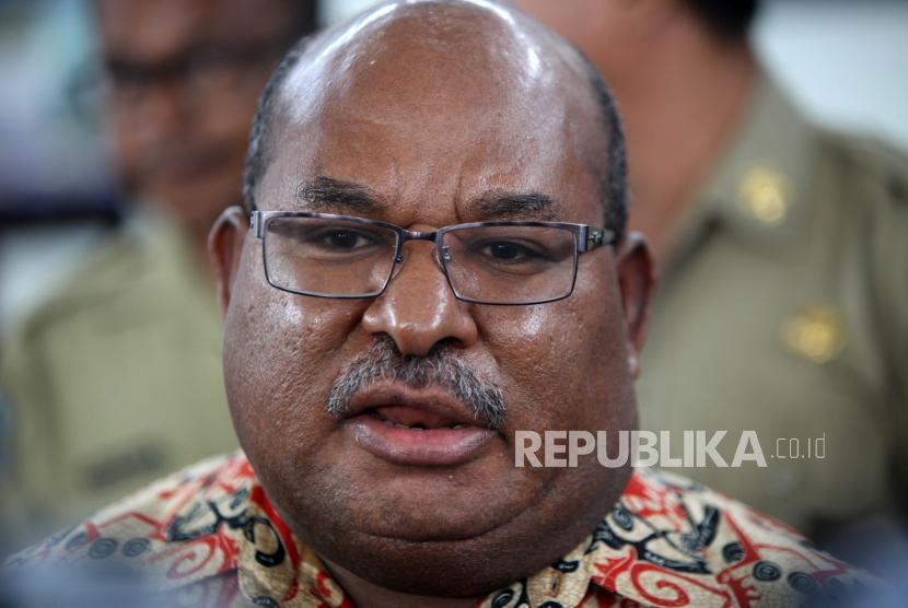 Gubernur Papua Lukas Enembe memberikan keterangan kepada media.