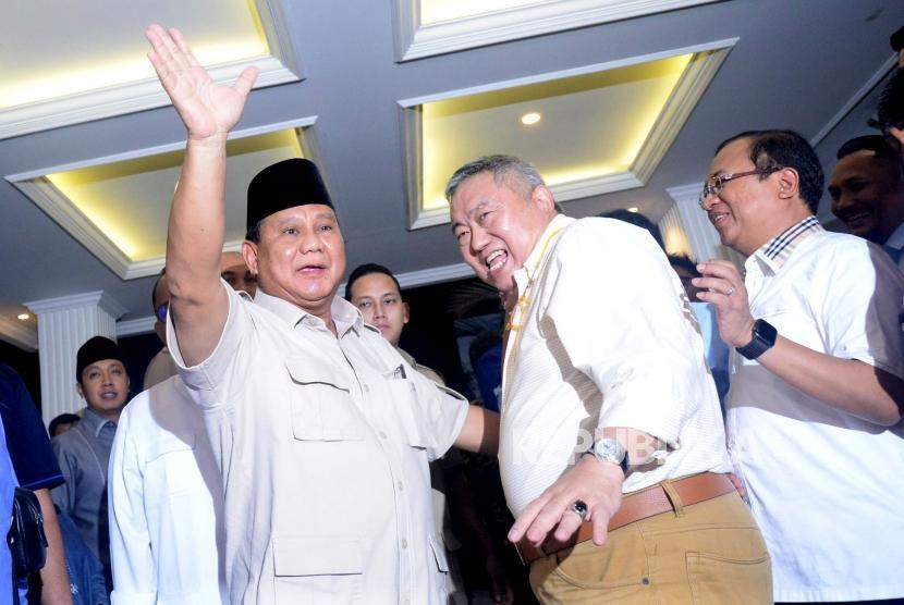 Calon Presiden nomor urut 02 Prabowo Subianto menyapa media usai memberikan keterangan terkait putusan MK tentang perselisihan hasil pemilihan umum (PHPU) Pilpres 2019 di Kertanegara, Jakarta Selatan, Kamis (27/6).