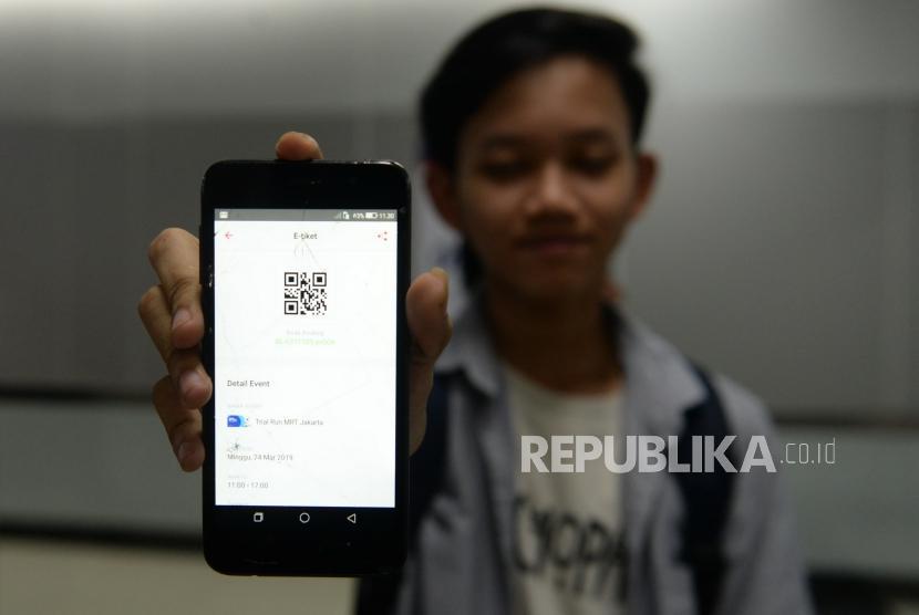 Penumpang Pertama Pascaperesmian MRT. Penumpang Moda Raya Terpadu (MRT) menunjukan tiket gratis MRT di Stasiun MRT Bundaran HI, Jakarta, Ahad (24/3/2019).
