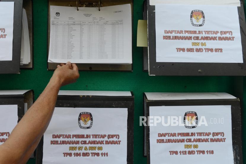 Warga melakukan pengecekan Daftar Pemilih Tetap (DPT) Pemilu 2019 (ilustrasi)