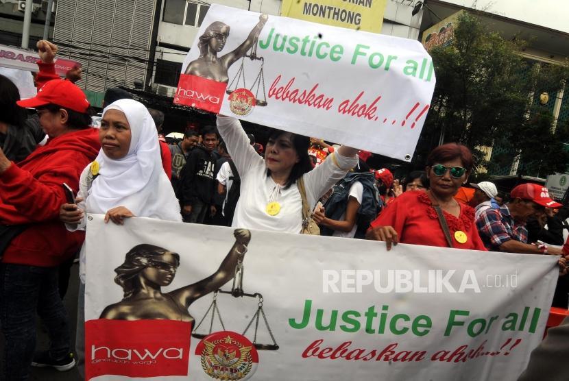 Sejumlah massa melakukan aksi unjuk rasa saat berlangsungnya sidang Peninjauan Kembali (PK) terkait kasus penistaan agama yang menjerat Ahok di depan Pengadilan Negeri Jakarta Utara, Jakarta, Senin (26/2).