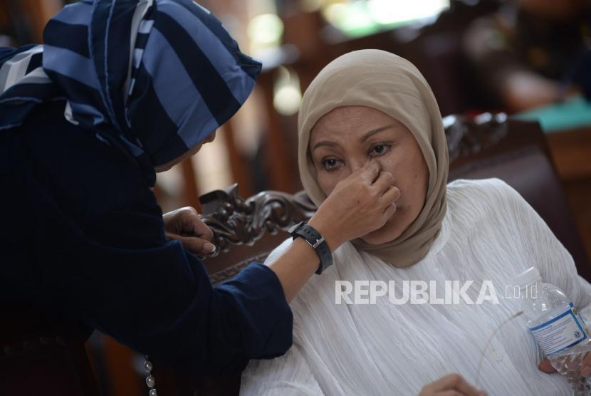 Terdakwa kasus dugaan penyebaran berita bohong atau hoaks Ratna Sarumpaet bersiap mengikuti sidang putusan di Pengadilan Negeri Jakarta Selatan, Jakarta, Kamis (11/7).