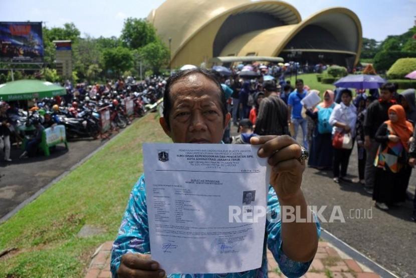 Warga memperlihatkan surat keterangan dari Kelurahan saat melakukan pendaftaran perekaman data KTP Elektronik / Ilustrasi