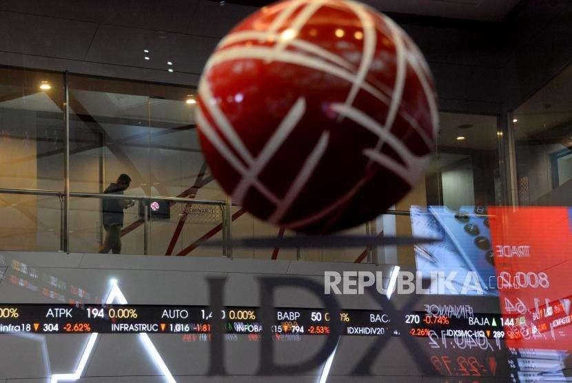 Karyawan beraktivitas di Bursa Efek Indonesia (BEI), Jakarta, Kamis (4/10).