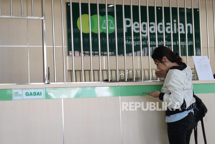 Warga Mulai Serbu Pegadaian. Warga mengajukan pinjaman di Pegadaian Lempuyangan, Yogyakarta, Kamis (23/5/2019).
