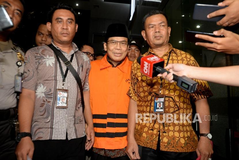 Wakil Ketua DPR RI, Taufik Kurniawan menggunakan rompi orange usai  menjalani pemeriksaan di Komisi Pemberantasan Korupsi (KPK), Jakarta, Jumat (11/2).