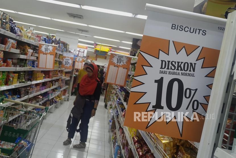 Calon pembeli saat berbelanja di Supermarket Giant, Mampang Prapatan, Jakarta, Ahad (23/6).