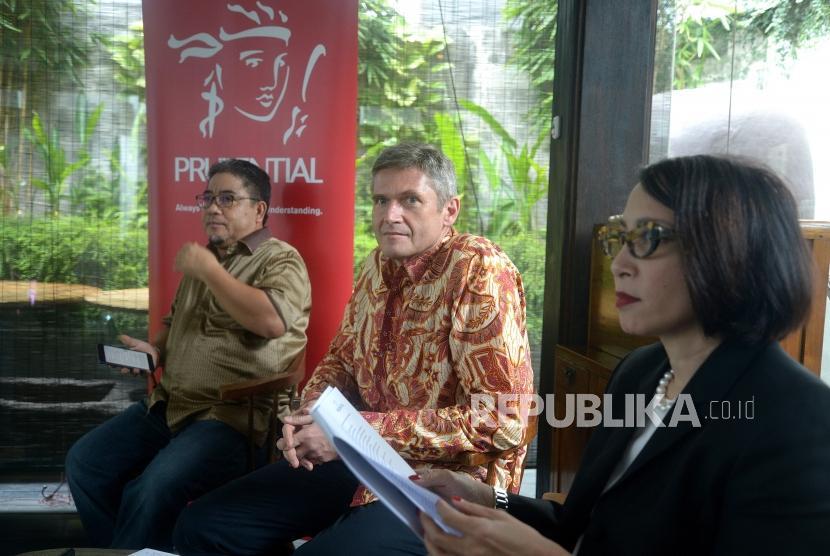 Diskusi Perekonomian Syariah. Presiden Direktur Prudential Indonesia Jens Reisch (tengah) bersama Corporate Communications & Sharia Director Nini Sumohandoyo (kanan) dan Pengamat Ekonomi Syariah, M Syakir Sula (kiri) menjadi nara sumber dalam diskusi
