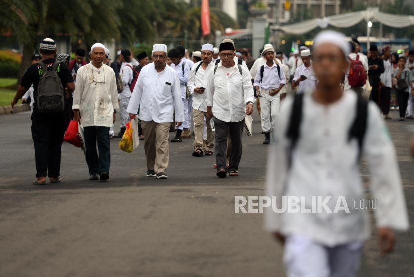 Munajat 212. Sejumlah umat muslim saat menghadiri Acara Munajat 212 di Monas, Jakarta, Kamis (21/2).
