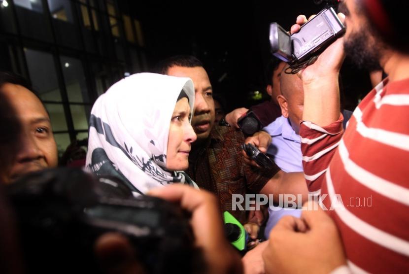 Artis Inneke Koesherawati berjalan seusai menjalani pemeriksaan di Gedung KPK, Jakarta, Sabtu (21/7).