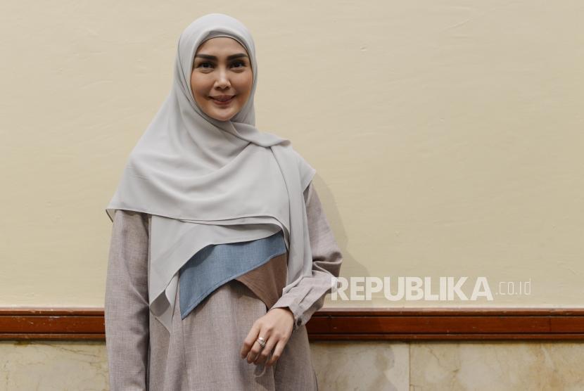 Model, Fenita Arie melakukan sesi foto bersama Repubika  dalam acara Hijrah Fest 2018 di JCC, Jakarta, Jumat (9/11).